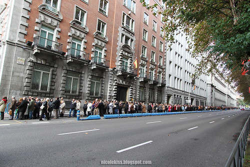 the queue to art collection museum in madrid