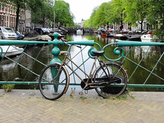 Lone bike (ID720603) Tags: city bridge green netherlands amsterdam bike bicycle river boats outside canal day time transport picture location kanaal brug fiets noordholland travelphotography reisfotografie opreisvoyage