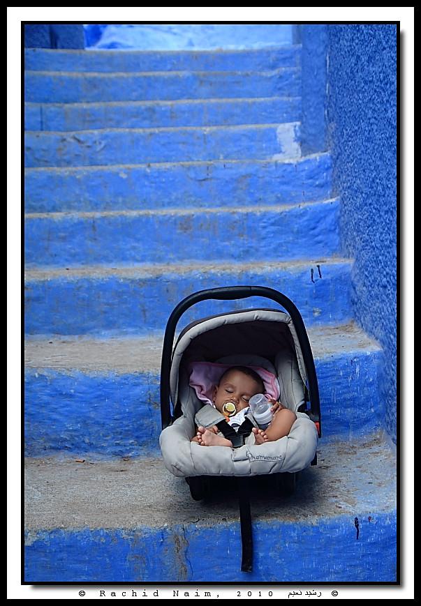 The Sleeping Baby and the Blue Stairs - Bébé dormant et escaliers bleus