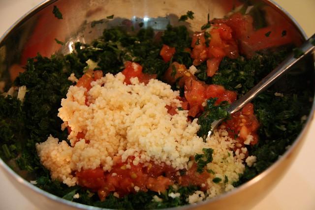 Añadimos un poco de semola y tomate picado para preparar el Taboule