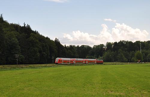 Im Mangfalltal fährt der DB-Sonderzug mit 218 445 nach Holzkirchen.