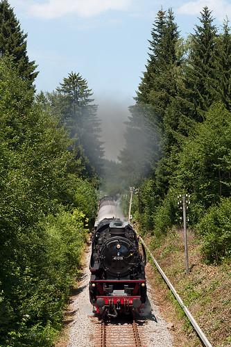 41 018 ist mit dem Sonderzug in Richtung Bayrischzell unterwegs, hier in einem Einschnitt am Schliersee
