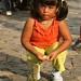 Menina tratando iguanas em Guayaquil