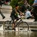 Andando de bicicleta na fonte