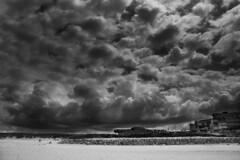 Nuages sur la plage (Athios) Tags: blackandwhite bw beach canon noiretblanc sable nuages plage canoneos lacanau sans atlantique