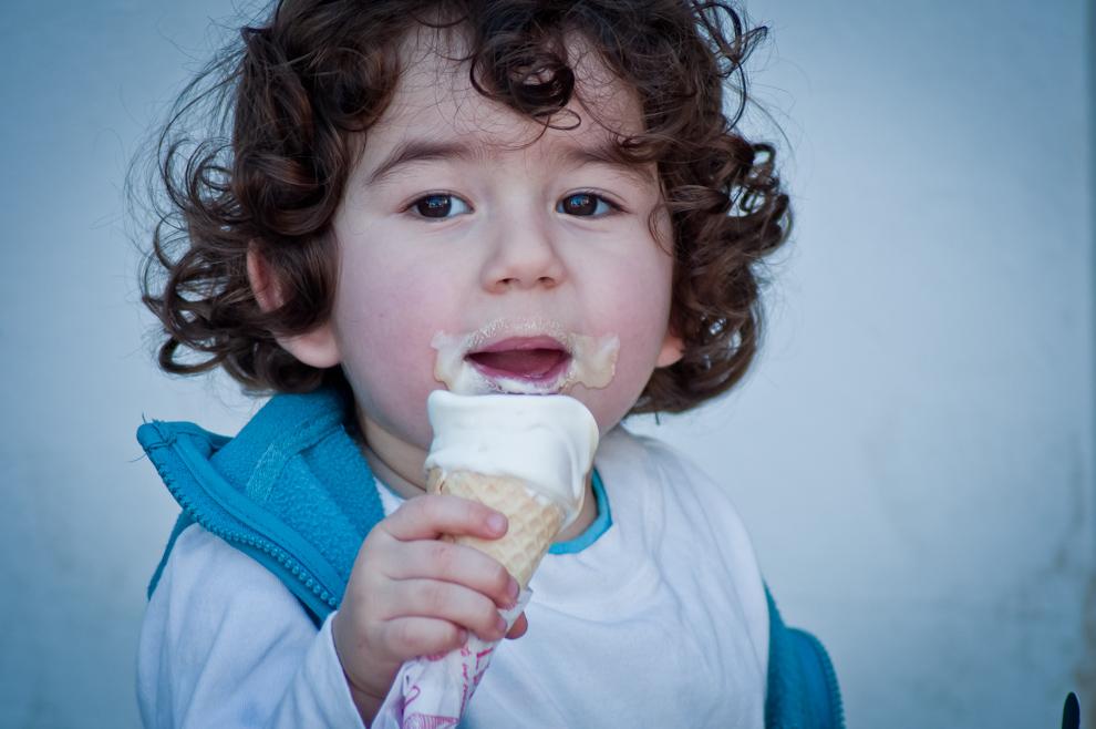 Un niño disfruta de su helado en compañía de sus padres el sábado 23 de Julio por la tarde. (Elton Núñez)