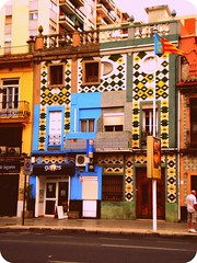 Cases siameses a l'avinguda del port (altacilindrada) Tags: valencia port avenida al arquitectura grau bandera casas cases azulejos siameses valència camins siamesas avinguda