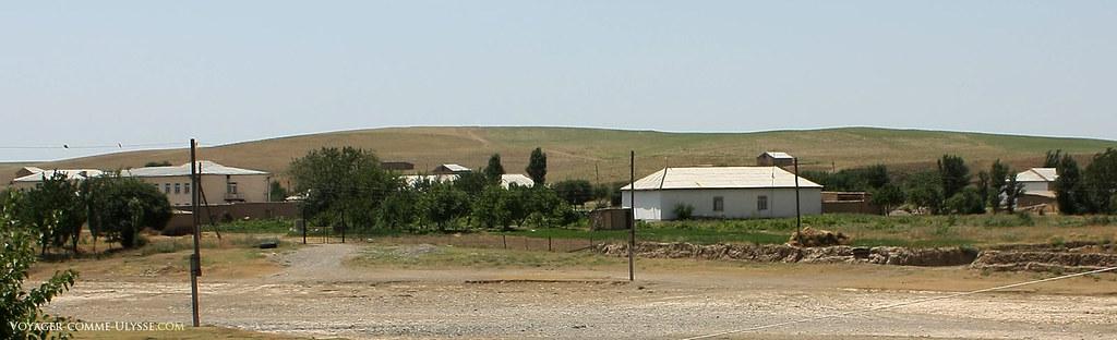Le village est l'un des rares ilôts de verdure de ce paysage…