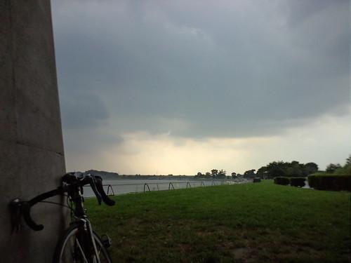 今日も彩湖バイク練途中で夕立。昨日と同じ場所で雨宿り♪