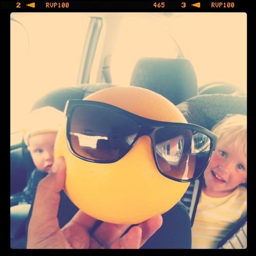 Underhåller barnen i bilen
