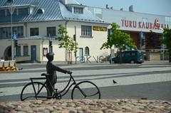 Hei, Rakvere! (anuwintschalek) Tags: summer sculpture bike bicycle estonia cyclist sommer rad july biker marketplace fahrrad ratas kuju eesti suvi estland polfilter rakvere 2011 18200vr lnevirumaa d7k rattur skulptuur nikond7000 turuplats turukaubamaja