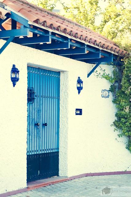 Una puerta de color
