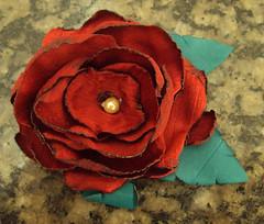 Broche rosa vermelha (Turmalina Bijoux) Tags: flores bonecas artesanato fuxico patchwork bolsas tecido patchcolagem