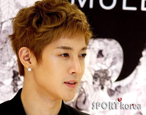 Kim Hyun Joong Mulberry Falls/Winter Presentations [110721] sportkorea02