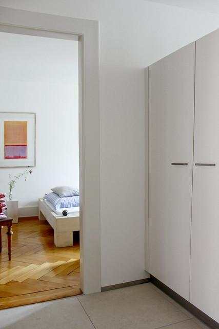Blick ins Schlafzimmer mit neuen Vorratschränken