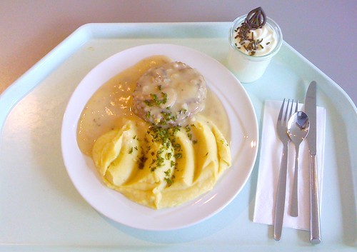 Fleischplanzerl mit Pilzrahmsauce / Meat ball with mushroom cream sauce
