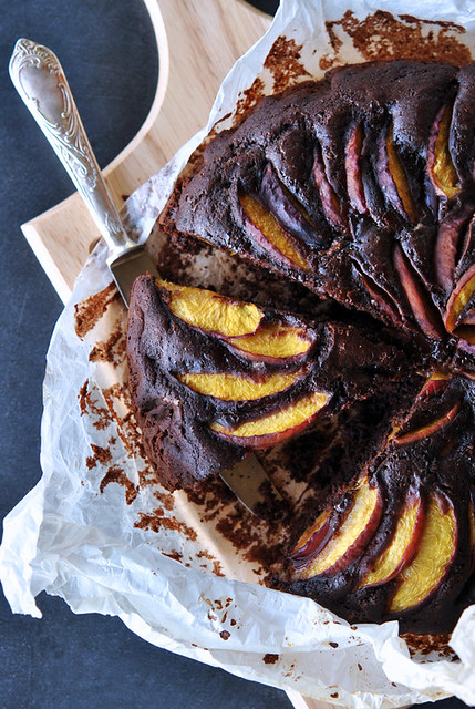 2.Torta al cacao con pesche e amaretti