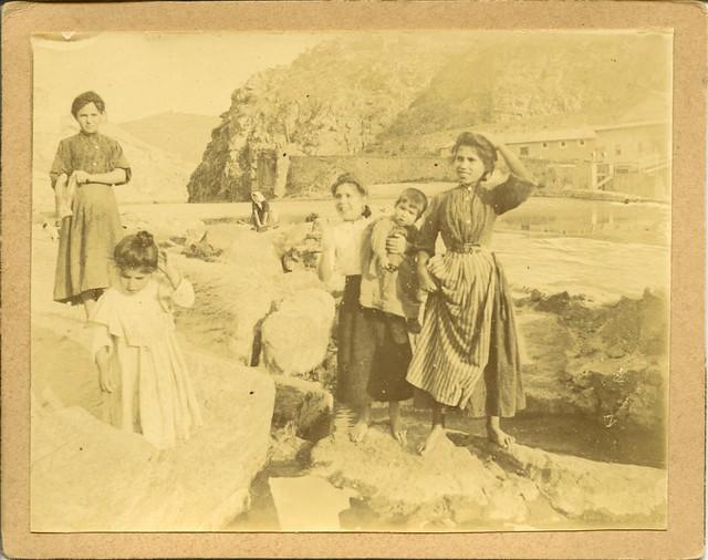Lavanderas junto al Tajo a principios del siglo XX. Fotografía de D. Pedro Román Martínez. Diputación de Toledo, Centro de Estudios Juan de Mariana