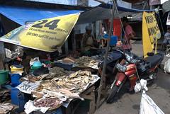 Hyginisch visje (CapoVincent) Tags: fish indonesia market jakarta flies hygiene traval