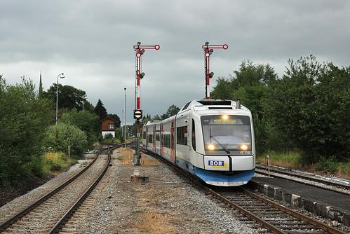 VT 116 erreicht kurz vor einem Gewitter den Bahnhof Schliersee