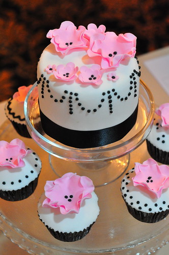 Pale pink, black and white wedding cupcakes - a photo on Flickriver