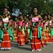 As meninas mostrando muita cor em seus vestidos