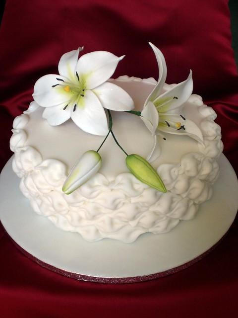 Ein Hochzeitsmitbringsel Billowing Und Lilien Motivtorten Fotos