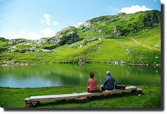 picnic at the lake (rafischatz) Tags: people lake alps nature bench austria couple lech lechtal vorarlberg bregenzerwald rfikopf pentaxk200d rfispitze ringexcellence dblringexcellence monzabonsee