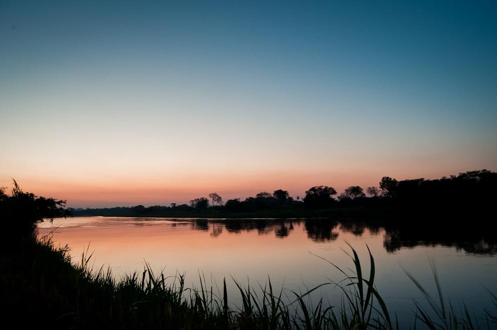 La vista del Río Jejuí en el Departamento de San Pedro, durante un atardecer de Julio donde el sol ya estaba oculto en el horizonte, nos regala unos minutos de hermosos colores, los fotógrafos suelen llamar 'La Hora Azul' a este momento para conseguir interesantes fotografías de paisajes o cielos. (Elton Núñez)