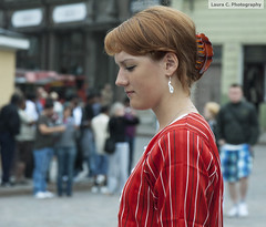 Chica pensativa (Lauryz) Tags: calle estonia chica streetphotography desenfoque tallin pensativa 2011 enfoque nikond60 crucerobaltico