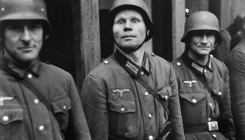 El imaginario de Krieger también incluyó el ambiente de soldados nazis.