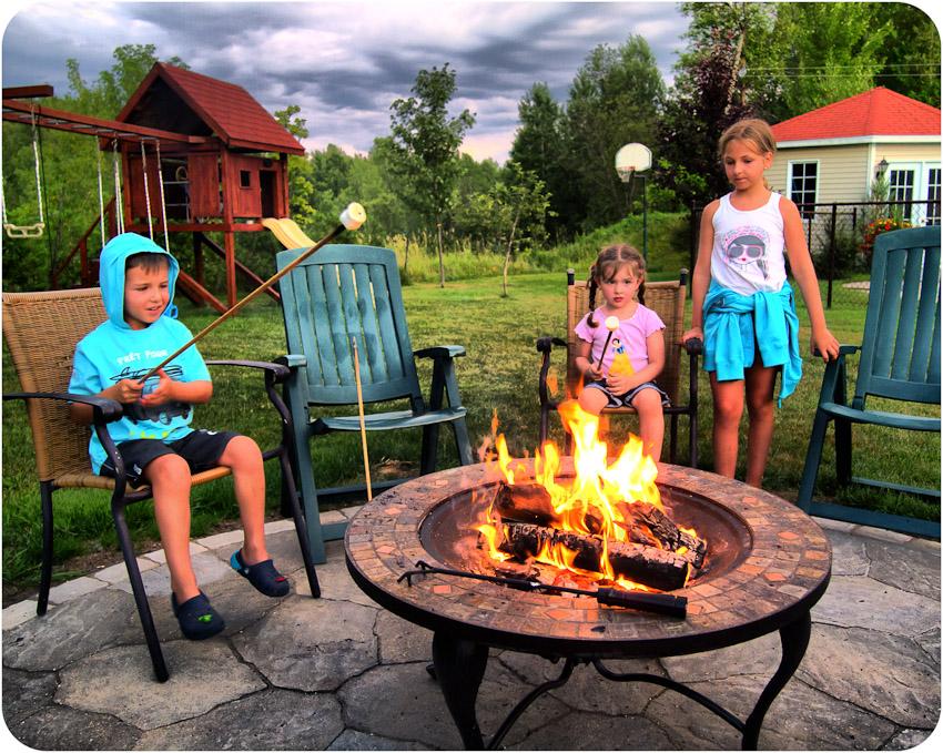 Guimauves grillées sur le feu