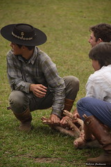 Troféu. (fjachowicz) Tags: pig award trophy criança corrida brincadeira premio porco trofeo trofeu garotada greasedpigrace racepigs