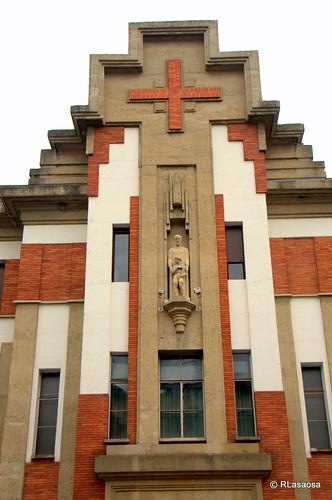 Detalle de la fachada del colegio de los Escolapios a la calle Olite, obra del arquitecto pamplonés Víctor Eúsa.