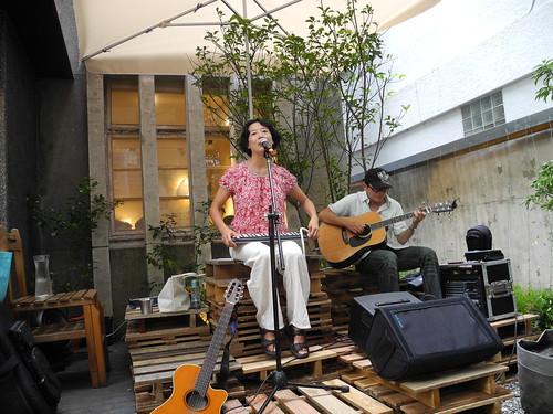 王昭華在稻仔飽穗土地音樂會上訴說對土地的情感。