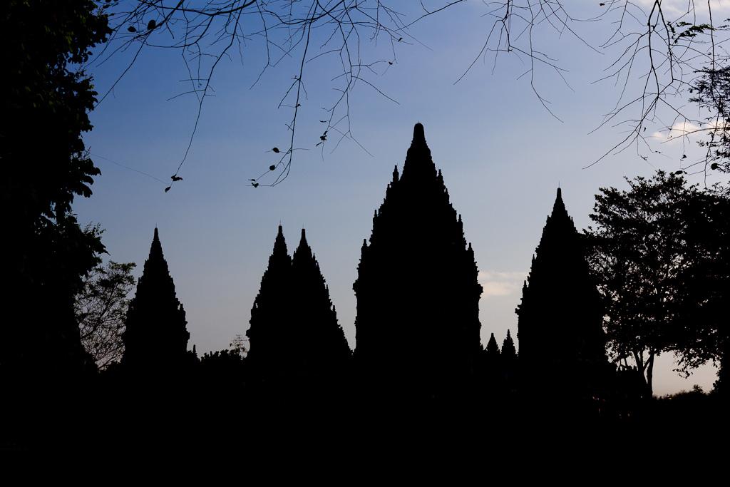 J88 / Silhouette : Le temple de Prambanan
