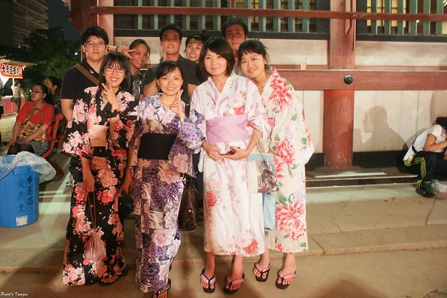 with 來觀摩的慶典工作者