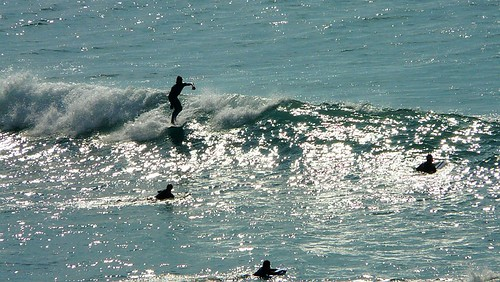 Sesión de surf en Sopelana, Bizkaia, Euskadi. Olas de medio metro