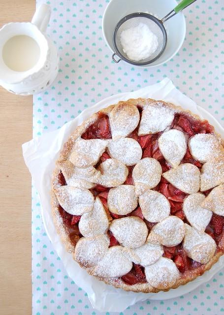 Strawberry and rose hazelnut tart / Torta de morango, água de rosas e avelã