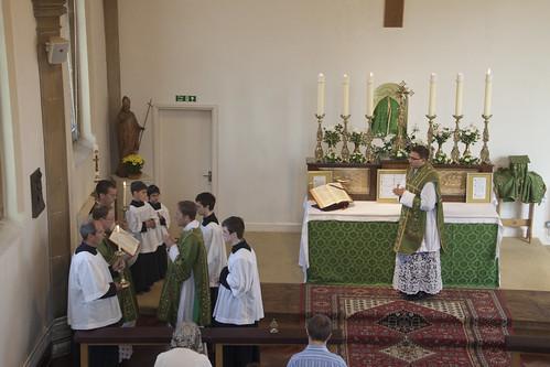 O Evangelho: proclamado do lado norte do santuário em uma Missa Solene, neste caso, ou da extremidade norte do Altar, em uma Missa Cantata, e não a partir de um púlpito ou ambão (como na missa nova).