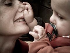 Giuliana e Martino closeup (votredame) Tags: boy kid child agosto newborn bebe growing bambino 2011 neonato alpedevero