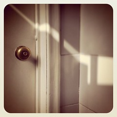 Ms Sol (Feli Rueda) Tags: door sun sol square bathroom puerta bath squareformat bao earlybird iphoneography instagramapp uploaded:by=instagram