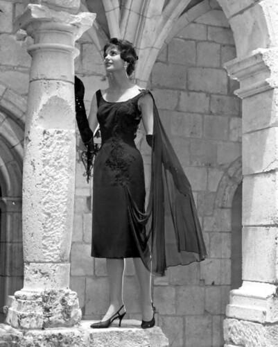 Un modelo de moda en el vestir plantea por la columna en el antiguo monasterio español: North Miami Beach, Florida por la Biblioteca Estatal y Archivos de la Florida