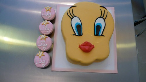 Tweety Bird Birthday Cake & Cucpakes by CAKE Amsterdam - Cakes by ZOBOT