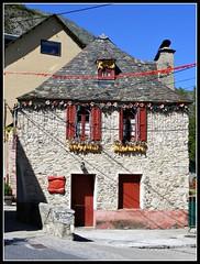 Casa en Arties (Patataasada) Tags: windows espaa house ventana casa spain corn village pueblo ventanas catalua maiz pirineo piedra arties pizarra valdaran mazorcas panizo valledearn panochas pirineocataln