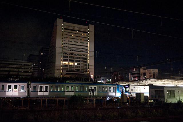 東京地下鉄15000系15113F搬入回送 20両編成の東西線とサンプラザ。
