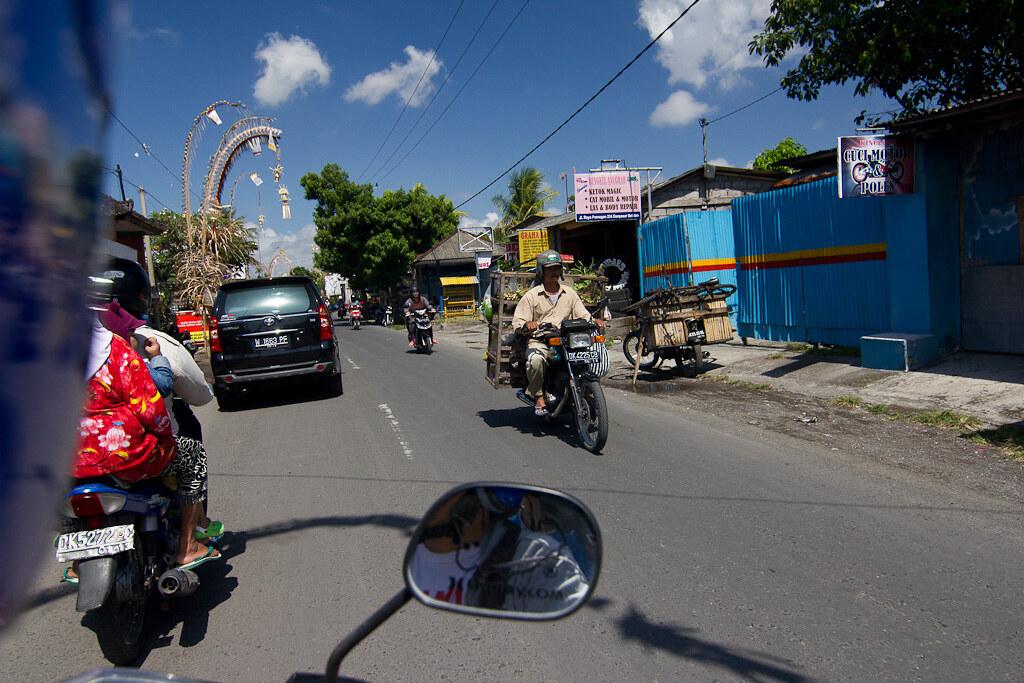 J74 / Scène de vie : en mobylette dans les rues de Bali
