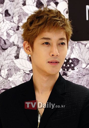 Kim Hyun Joong Mulberry Falls/Winter Presentations [110721] tvdaily03