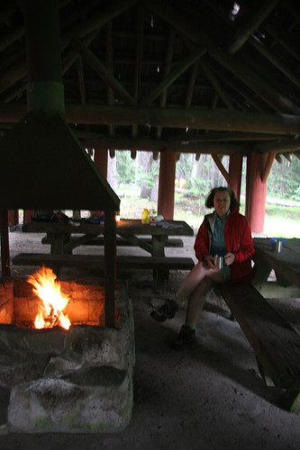 Breakfast and a fire in the shelter after a rainy night