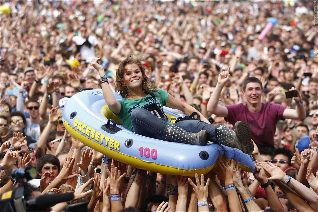 Crowdsurfing by boat